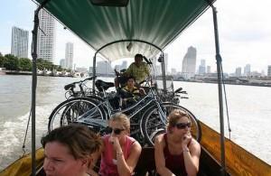 Een enkele keer wordt je met fiets en al per boot de rivier overgezet.