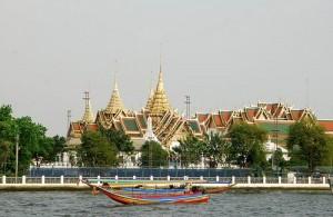 De Chao Phraya rivier verdeelt Bangkok in twee gedeeltes.