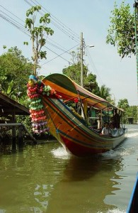Een tocht door de khlongs van Bangkok is een aangename belevenis.