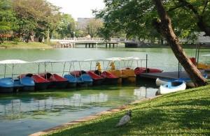 In het kunstmatig meer van het Lumpini Park kun je een boot huren.