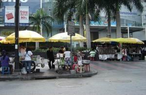 Het leven in Pratunam speelt zich voor een groot deel op straat af.