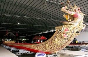 Prachtig versierde praal boten in het Royal Barge Museum.