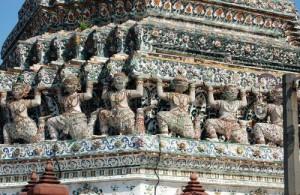 De Wat Arun is versierd met stukjes porselein.