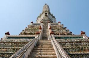 De hoofdprang van de Wat Arun is via een steile trap te beklimmen.