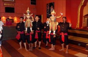 Genieten van een traditioneel Thaise poppenspel.