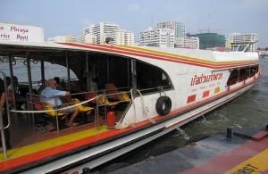 Het vervoer op de Chao Phraya rivier wordt verzorgd door de expressboat.