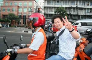 Motortaxi's vervoeren je snel door het drukke verkeer in Bangkok.