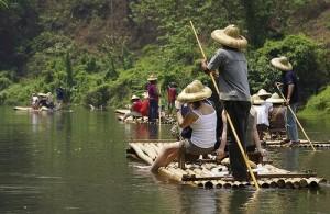 Een tocht per bamboevlot is een leuke en ontspannen ervaring.