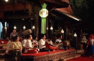 In het Old Chiang Mai Cultural Center klinkt traditionele Noord-Thaise muziek.