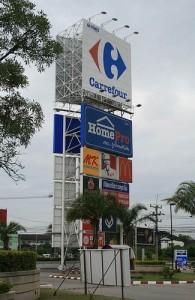 De meeste grote winkelcentra vind je in Chiang Mai langs de superhighway.