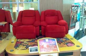 Cineplex heeft voor haar bioscoop bezoekers sofa-achtige stoelen ontwikkeld.