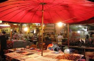 Op de avondmarkt in Hua Hin is het 's avonds een gezellige drukte.