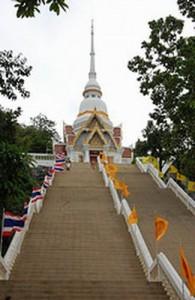 De tempel op Khao Takiab is via een serie trappen te bereiken.