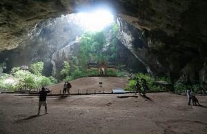 Het zonlicht door het gat in de Phraya Nakhon grot geeft een uniek verschijnsel.