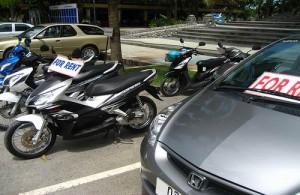 In Hua Hin en Cha-am zijn vele bedrijfjes waar je een scooter of auto kunt huren.