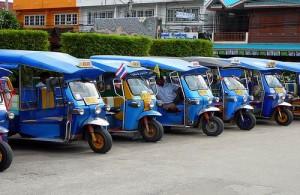 Voor het vervoer per tuktuk dien je eerst over de prijs te onderhandelen.