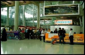 De balie van limousine-services vind je in de aankomsthal op het vliegveld van Bangkok.