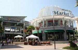In Market Village vind je een winkelcentrum, bioscoop en bowlingcenter.
