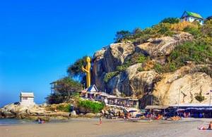 Aan het strand bij Khao Takiab staat een 20 meter hoog gouden Boeddhabeeld.