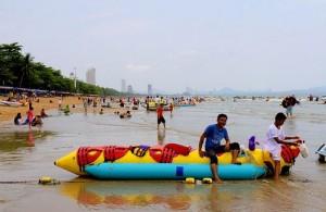 Het strand van Jomtien is een prima plek voor watersporters.