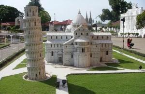 De nagebouwde toren van Pisa staat in Mini Europa.