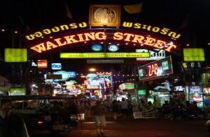 Walkingstreet in zuid Pattaya staat bekend om zijn 18+ nachtleven.