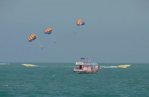 Parasailing activiteiten worden aangeboden op Pattaya beach.