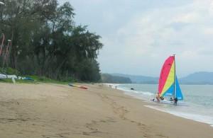 Mai Khao beach heeft een mooi lang wit zandstrand omzoomd met veel groen.