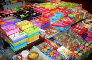 Op de markten van Phuket worden veel cadeau- en souvenirartikelen en souvenirs verkocht.