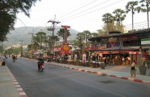 Patong heeft veel voorzieningen op het gebied van winkelen en uitgaan.