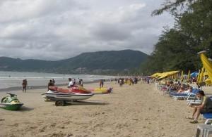 Op het levendige strand van Patong vinden overdag tal van activiteiten plaats.