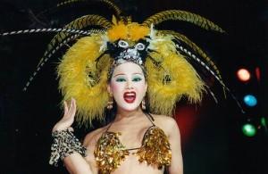 De artiesten van het Phuket Simon Cabaret bestaat uit travestieten.