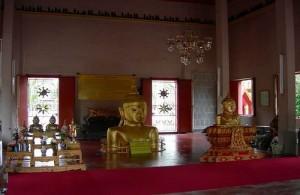 Midden in de tempel komt een gouden Boeddha beeld uit de grond.