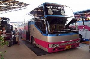Het grootste gedeelte van openbaar reizen gaat in Thailand per bus.