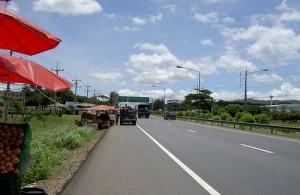 In Thailand tref je ook naast de snelweg vele marktkramen aan.