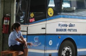 Veel bezoekers van Pattaya komen per bus.