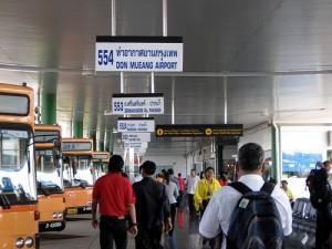 De bus van lijn 554 gaat van vliegveld Suvarnabhumi naar vliegveld Don Muang.