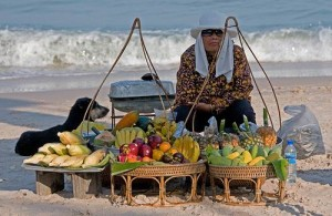 De locale bevolking van Cha-am verkoopt versnaperingen op het strand.
