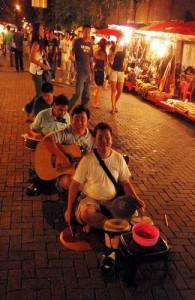 Op de Sunday Night Market wordt er muziek gemaakt door locale artiesten.