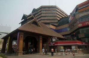 Het Kad Suan Kaew is een groot winkel- en uitgaanscentrum.