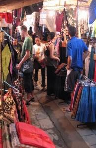 De Chiang Mai Night Bazaar is vooral een toeristische markt.