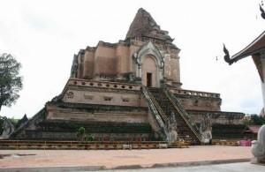 De Chedi Luang tempel werd in de 16e eeuw verwoest door een aardbeving.