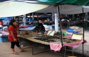 Op de Naklua Sunday Market worden zowel 'food' als 'non-food' producten verkocht.