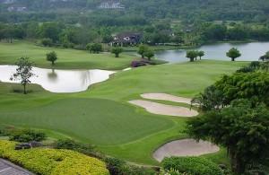 De Blue Canyon Country Club ligt in een vallei in het noorden van Phuket.