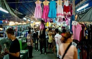 Op de Chao Fah market is een groot aanbod van kleding.