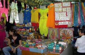 Op de Pahurat markt wordt veel kleding aangeboden.