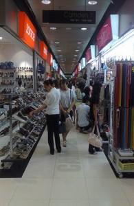 Groot aanbod van kleding, schoenen en tassen.