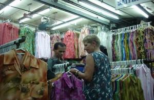 Op de Pratunam markt wordt veel kleding aangeboden.
