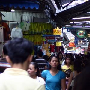 De Pratunam markt bestaat uit honderden straatstalletjes en winkeltjes.
