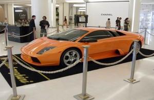 In Siam Paragon vind je een autoshowroom met diverse automerken.